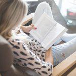 Енергійна жінка з книгою
