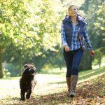 Енергійна жінка на прогулянці