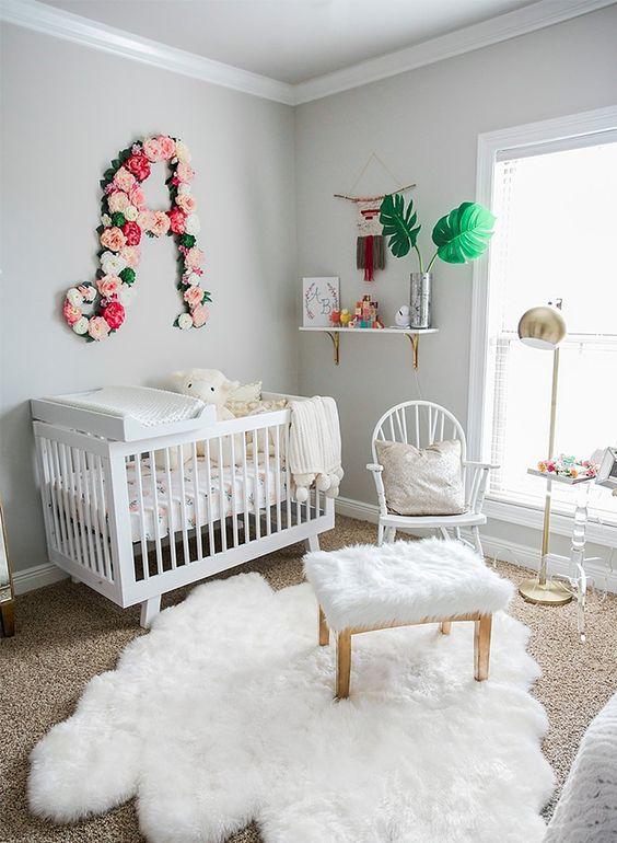 кімната для немовляти з килимом