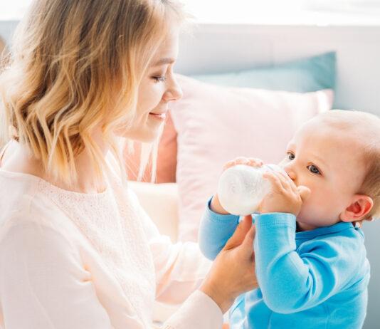 Навчаємо малюка тримати пляшечку