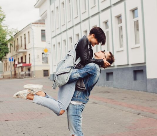 Як пережити перші серйозні стосунки